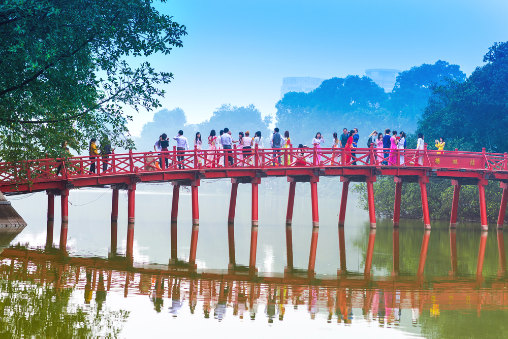 Huc Bridge over the Hoan Kiem Lake_175058954