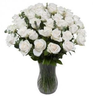 36 rosas blancas. Florero incluido