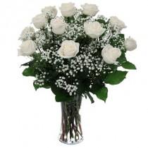12 rosas blancas. Florero incluido.