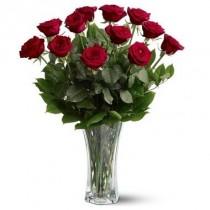 12 rosas. Florero incluido.