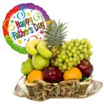 Hermosa cesta de frutas como uvas ,manzanas, naranjas etc