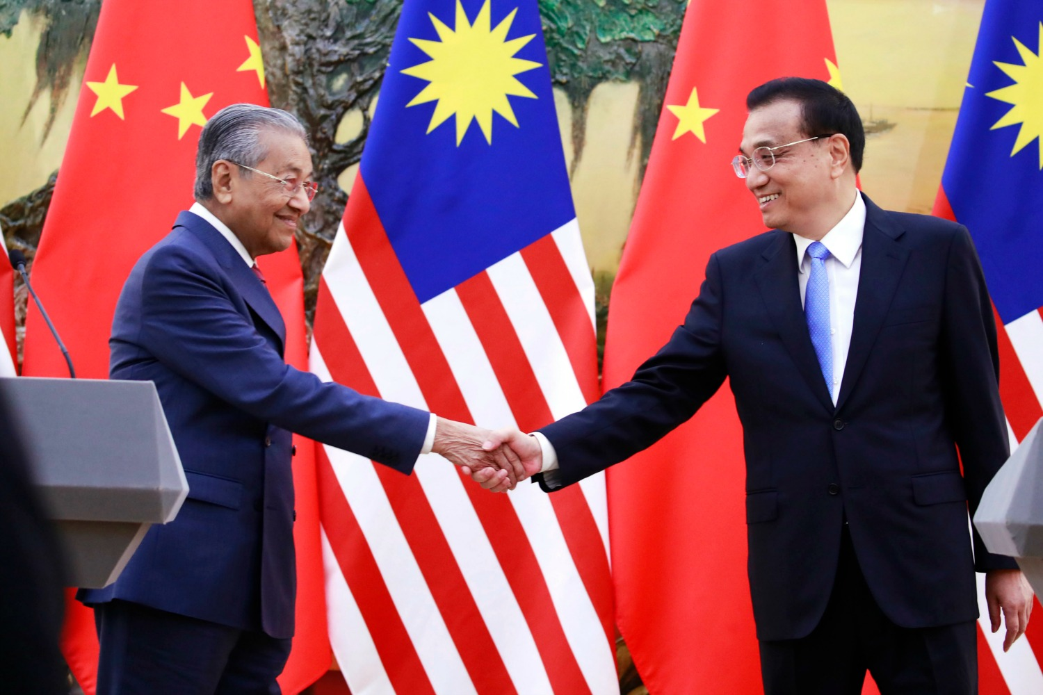 Low expectations greet a new round of us china trade talks malaysian prime minister mahathir mohamad left shakes hands with his chinese counterpart li keqiang at the end of a press conference at the great hall m4hsunfo