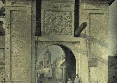 Gate of Cassel and three soldiers