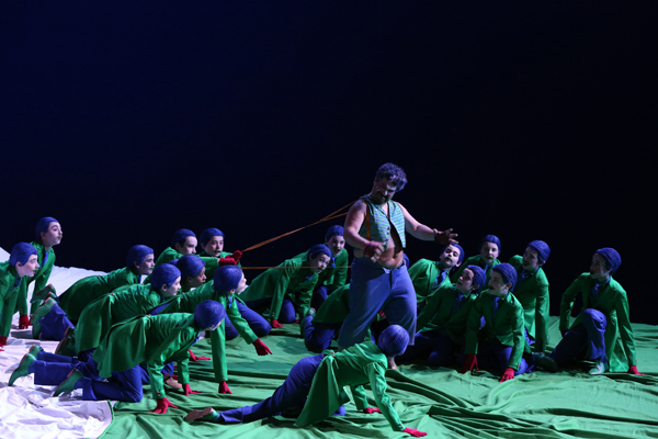 Miltos Yerolemou as Puck with the Trinity Boys Choir as the Fairies (Aix-en-Provence Festival, 2015)