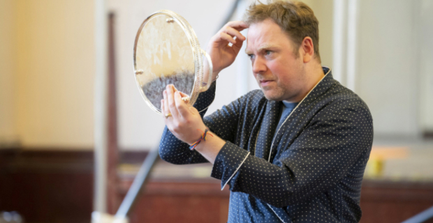 Rufus Hound in rehearsals for Present Laughter