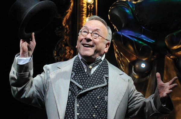 Sam Kelly in his last stage role, as The Wizard in Wicked