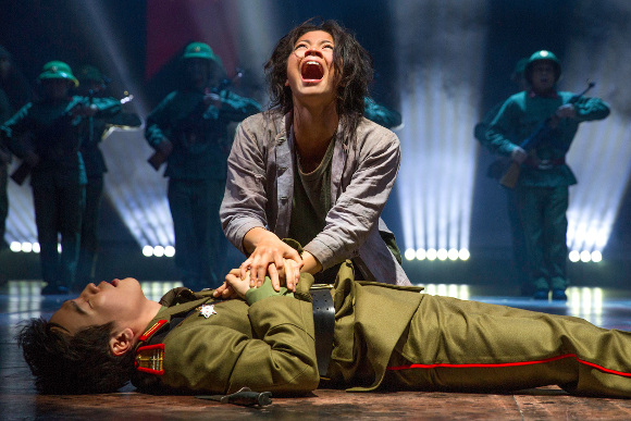 Eva Noblezada as Kim and Kwang-Ho Hong as Thuy