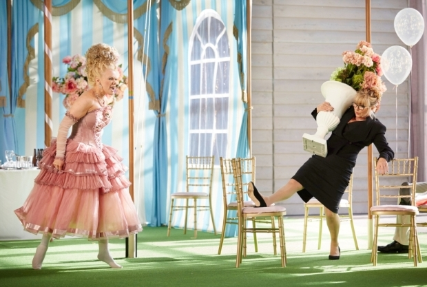Kathryn Rudge as Dorabella and Lesley Garrett as Despina in Così fan tutte (Garsington Opera)