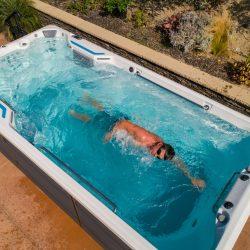EP-SwimCross-2020-X500-AlpineWhite-Gray-Lifestyle-101-scaled.jpg