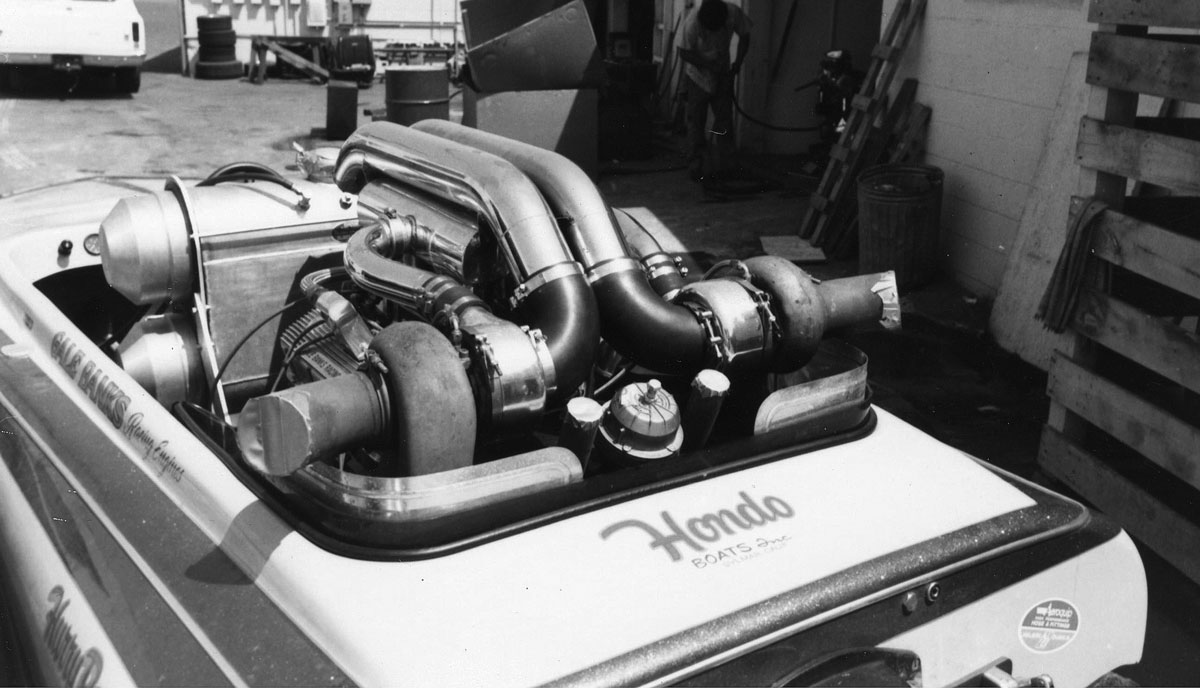 Hondo-Engine-in-boat-quater-black-n-white-0011