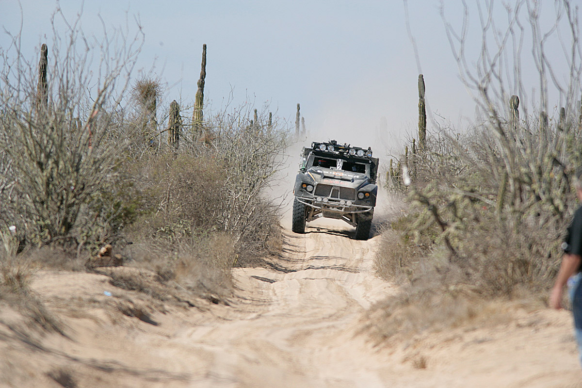Oshkosh-LCV-en-route-in-the-Baja-1000