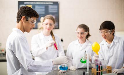 Aulas de Ciências em Modernos Laboratórios