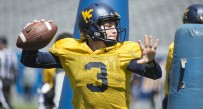 Skyler Howard passes during Saturday's spring practice