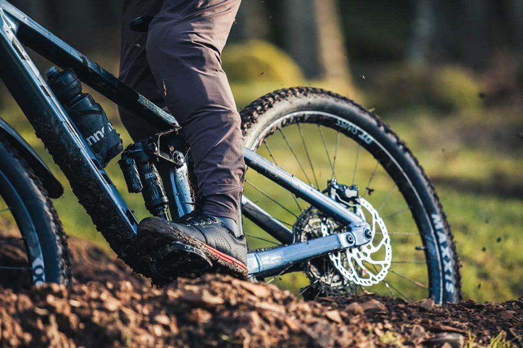 specialized 2fo roost dh mtb she review flat pedal option