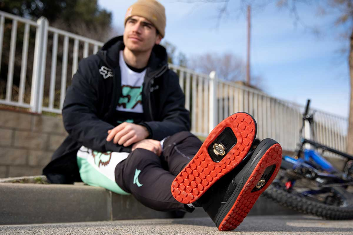 loic bruni wearing specialized 2fo roost dh clipless mtb shoe
