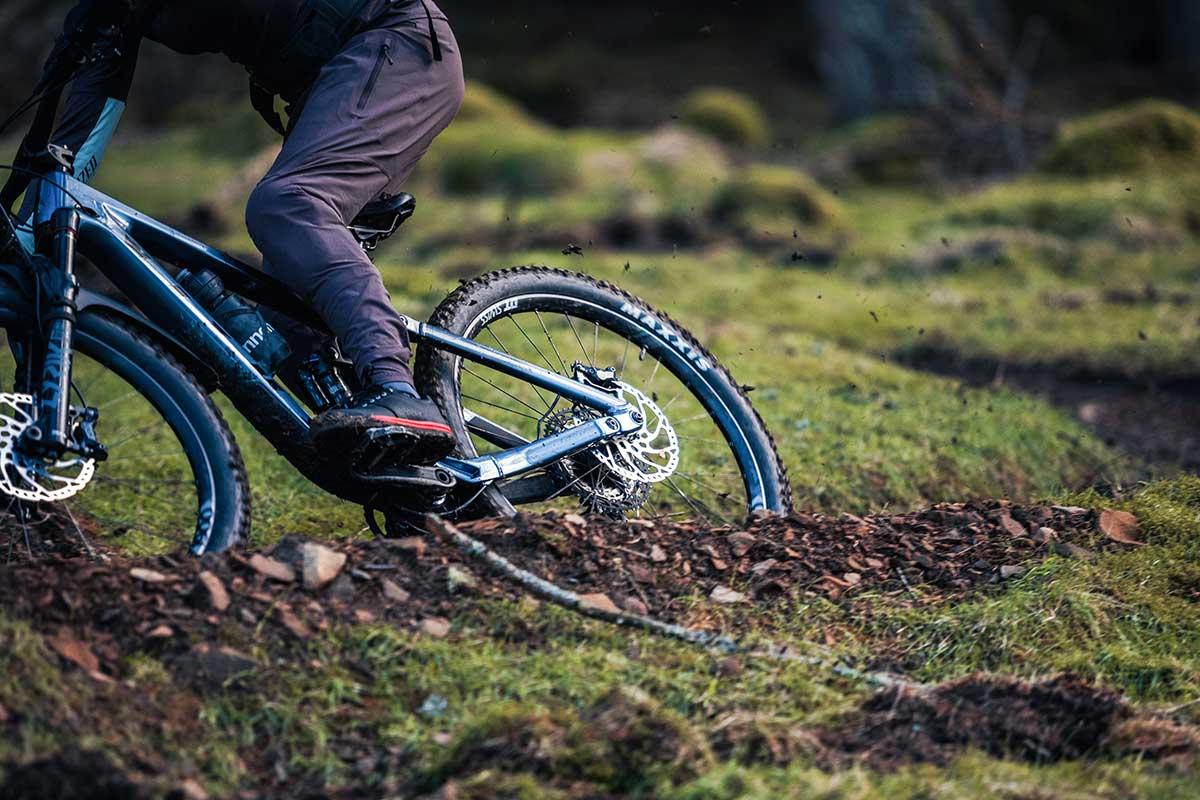 2021 vitus sommet review rear end tracking through corner