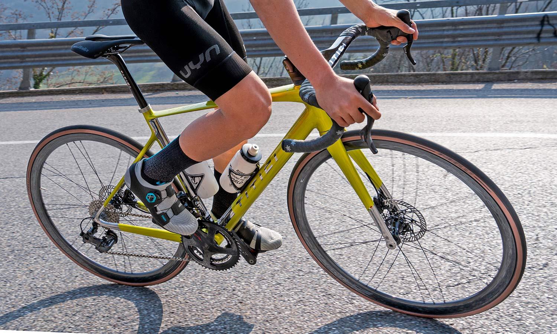 Titici Vento custom lightweight carbon aero road bike, photo by Mattia Ragni,corner