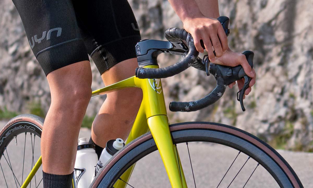 Titici Vento custom lightweight carbon aero road bike, photo by Mattia Ragni,bar detail