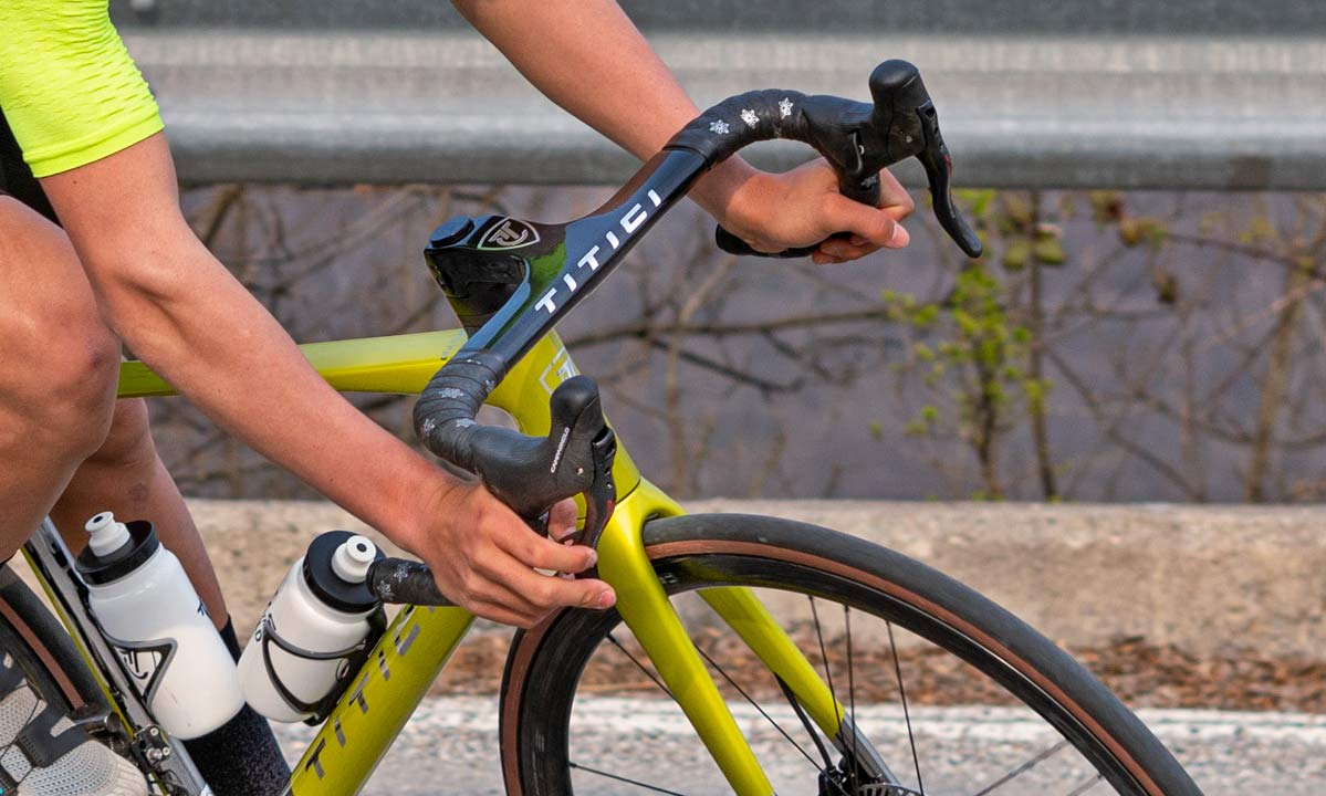 Titici Vento custom lightweight carbon aero road bike, photo by Mattia Ragni,handlebar