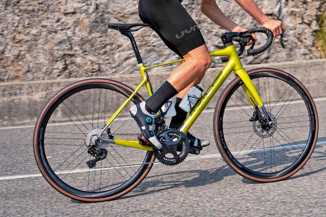 Titici Vento custom lightweight carbon aero road bike, photo by Mattia Ragni,climb