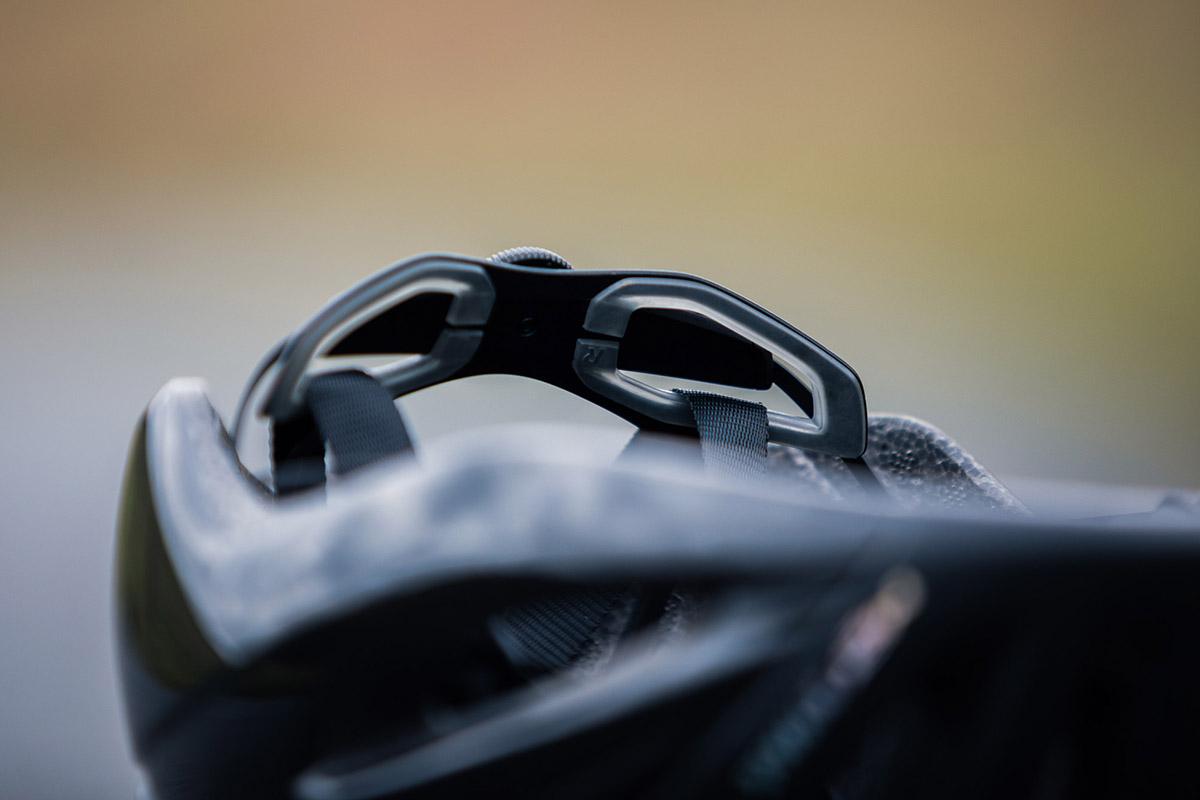 met rivale road helmet retention system
