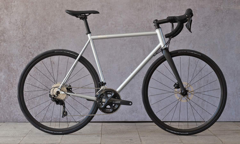 8bar Kronprinz Steel v1 affordable modern disc brake road bike, photo by Stefan Haehnel, Shimano 105