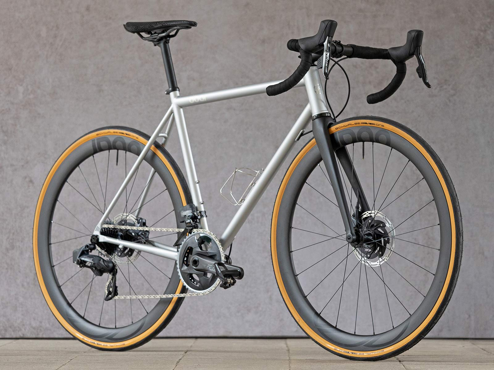 8bar Kronprinz Steel v1 affordable modern disc brake road bike, photo by Stefan Haehnel, angled