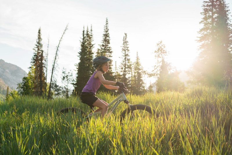 fezzari lone peak kids mountain bike ridden through a field