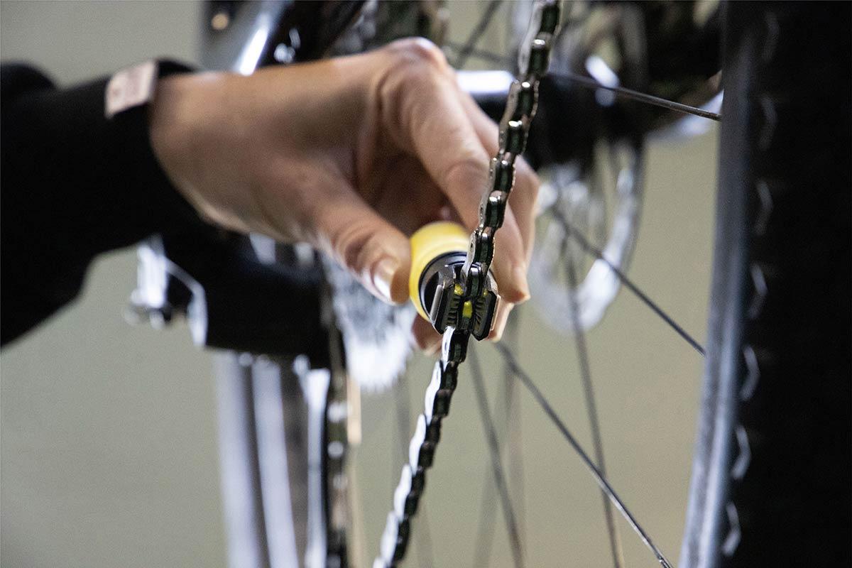 ryder luberetta applying lube drivetrain chain rollers underside view