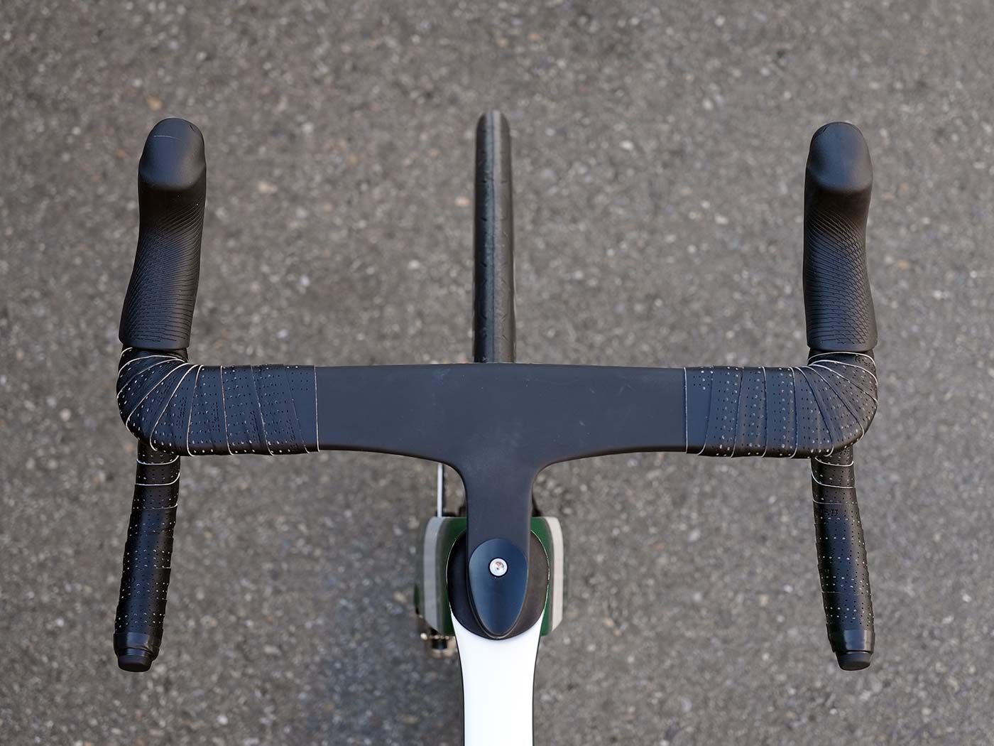 2022 storck aerfast aero road bike handlebar closeup