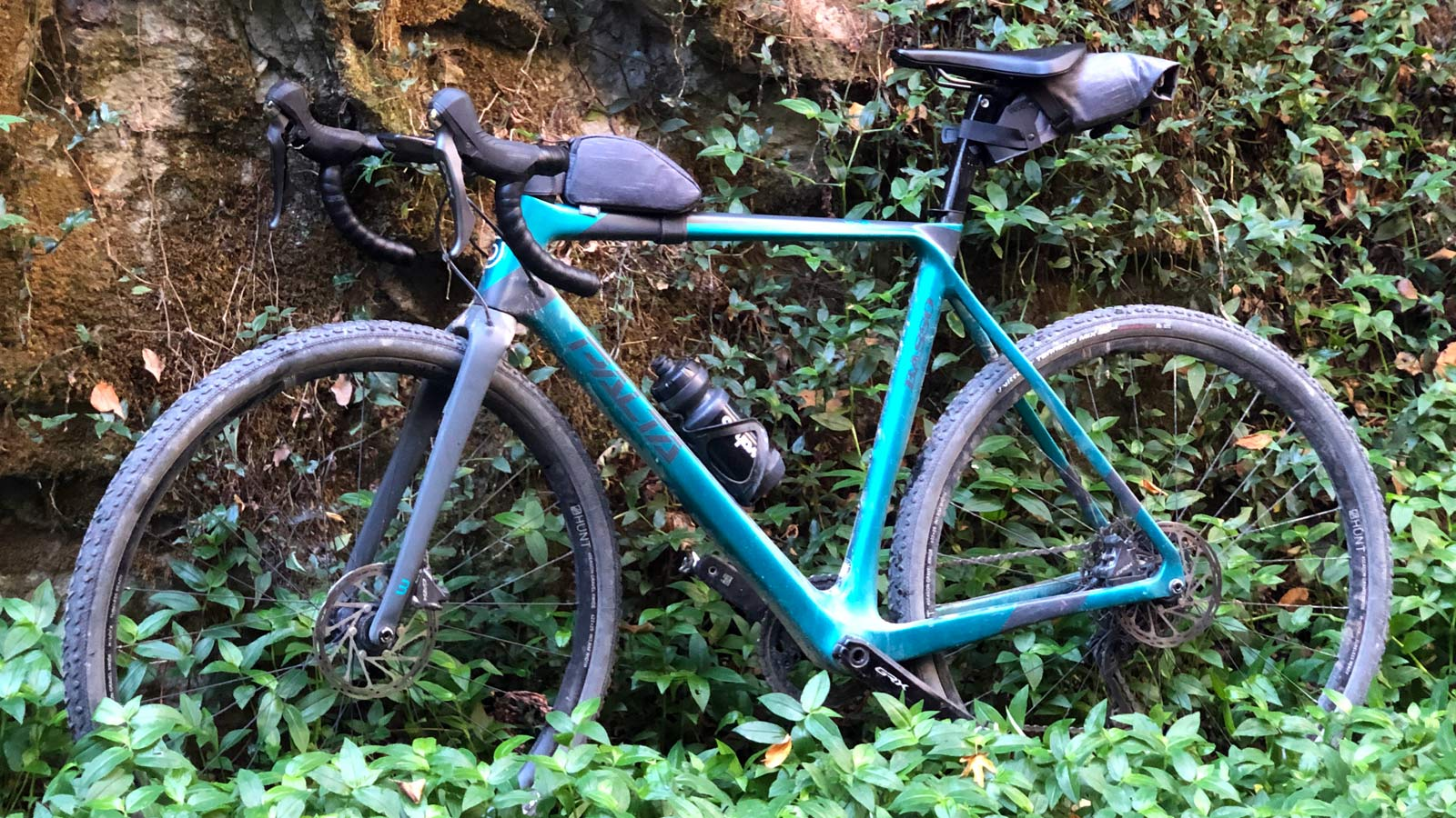 Basso Palta fast carbon gravel road bike - review: road-inspired fast, stiff, made-in-Italy, non-driveside