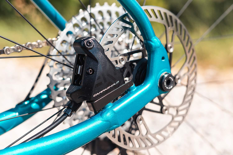 Titici All-In aluminum gravel bike, integrated custom alloy bike made-in-Italy, photo by Mattia Ragni,flat mount disc brake