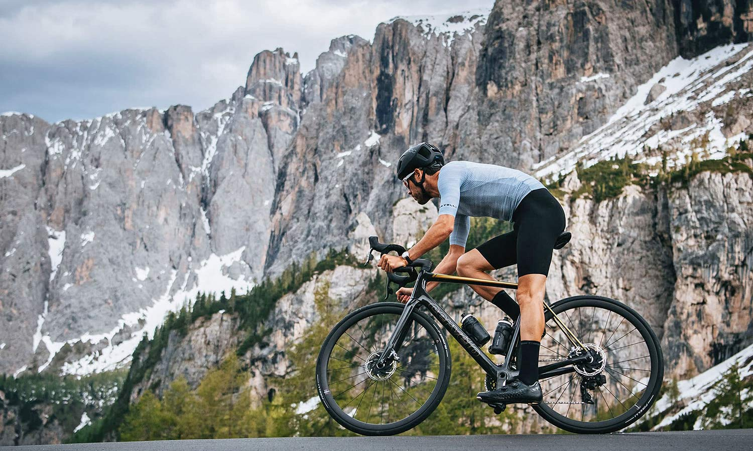 2022 Cervelo R5 Disc lightweight carbon all-rounder classic road bike,riding DOlomites