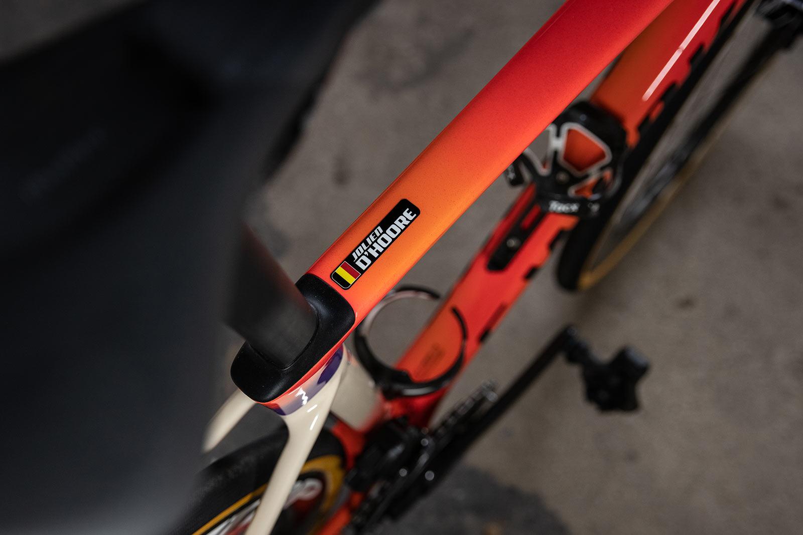 close-up verfdetails op aangepaste gespecialiseerde roubaix voor dames paris-roubaix femme road race