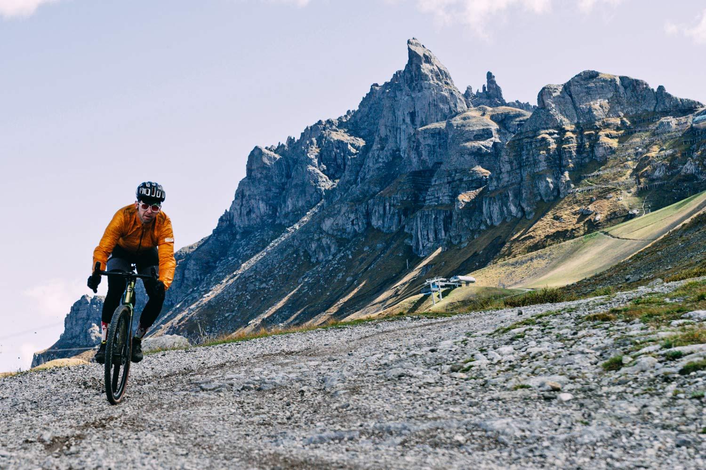 2022 Basso Palta II carbon gravel bike review made-in-Italy, photo by Francesco Bonato,descending