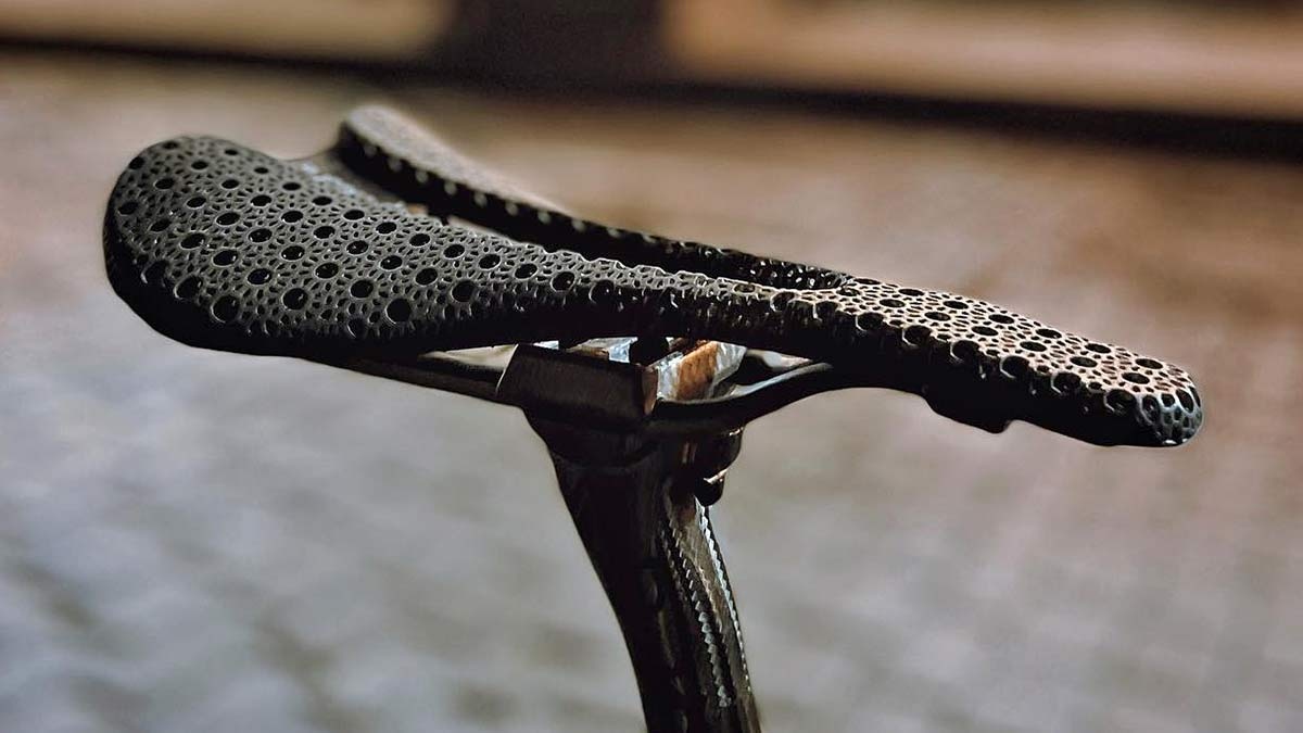 Bjorn Cycles Setka ultralight carbon 3D-printed padded saddle 135g, angled