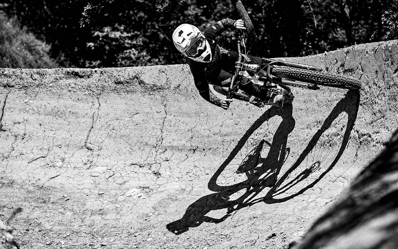 2022 Commencal Clash Kids alloy enduro bikes for small MTB riders,berm