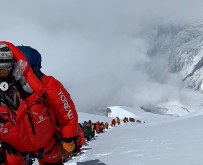 Line of people heading up Annapurna