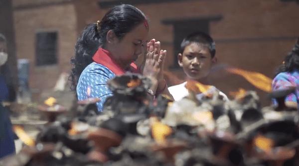 Kathmandu praying - Spanish translation