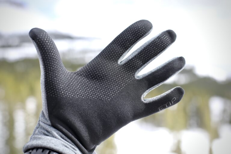 The North Face Etip Recycled Glove - in the field
