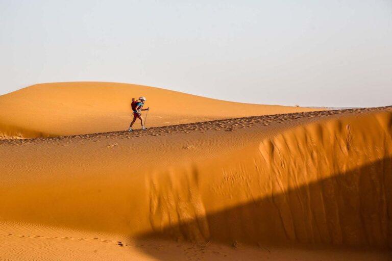 2021 Marathon des Sables - Runner on dune - Erik Sampers