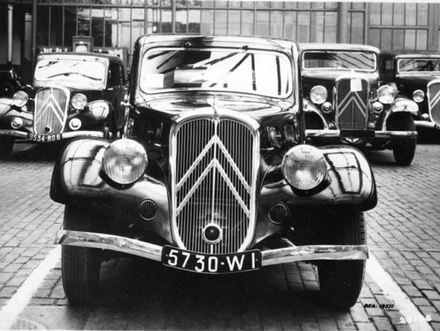 O 7C ou 11 légère - Lançado em 1935, trazia faróis com lentes abauladas e o duplo chevron na grade