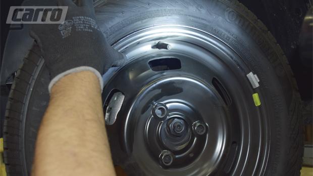 ESTEPE: Três parafusos não são o problema: faz falta o elemento para alinhar cubo e roda. Só o pino-guia que vem junto ao estepe não é suficiente