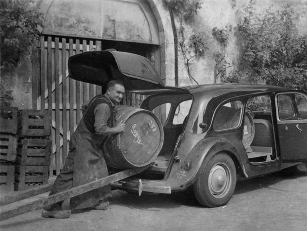 O anúncio de 1952 exibia a vantagem da nova tampa traseira: mais espaço para bagagem