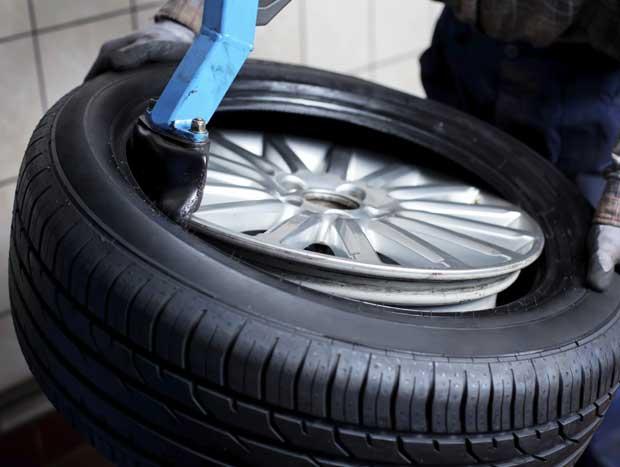 Você sabe o que fazer na hora da manutenção dos pneus do seu carro? Confira abaixo!