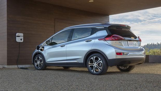 O Chevrolet Bolt concorrerá com Tesla Model 3 e BMW i3