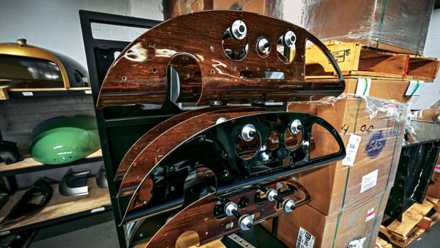Revestimentos do painel são feitos com madeira nobre