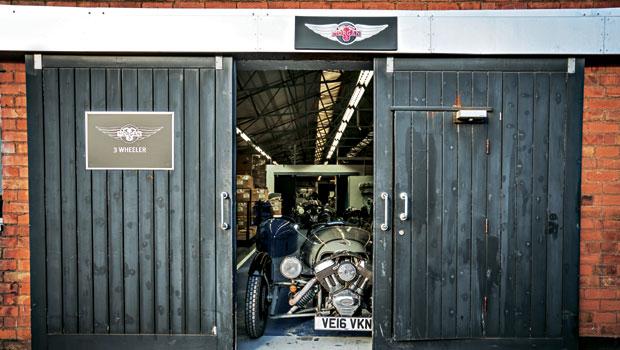 Entrada da fábrica onde o Morgan Threewheeler