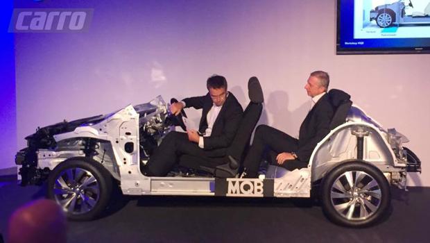 Executivos da VW demonstram espaço interno do Polo em estrutura parcial