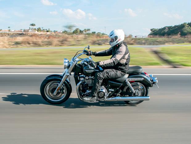 A Commander é uma moto feita sob medida para boas estradas. Na cidade, o peso e a largura atrapalham